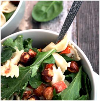 Varm pastasalat med hasselnødder